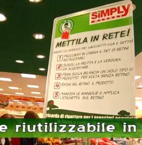 Un cartello dentro al supermercato Simply che spiega la campagna di sensibilizzazione Mettila in rete di Porta la Sporta