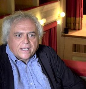 Andrea Tagliapietra viene intervistato seduto nel palchetto di galleria un teatro e vediamo il palco sullo sfondo
