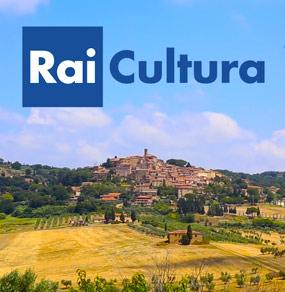 Le campagne toscane riprese dal drone e il logo Rai Cultura visibile nel cielo della parte alta immagine